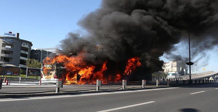 İstanbul'da bu kez metrobüs yandı