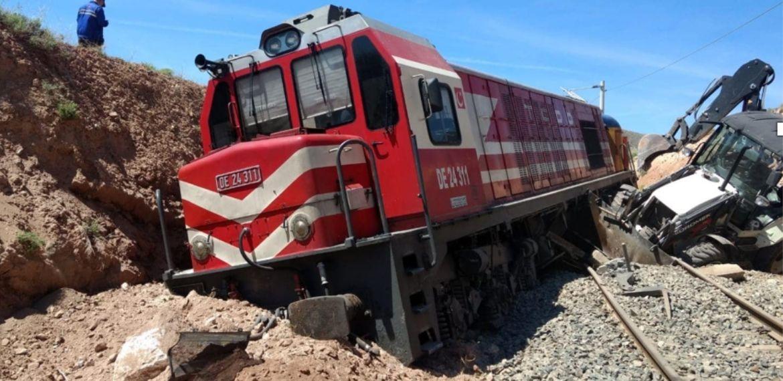 Bir tren kazası daha: Tren ray üstünde çalışan iş makinasına çarptı