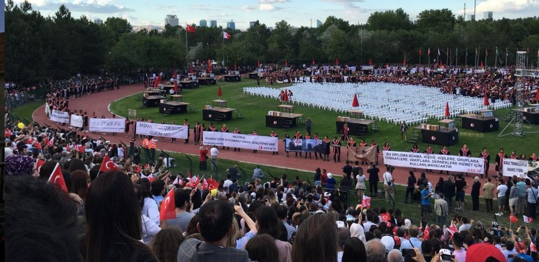ODTÜ'lüler mezuniyet töreninde 'yasak' dinlemedi